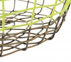 Il cesto della serie Gradient flat, prodotto dalla Pols Potten, è composto da fili di ferro intrecciati in modo irregolare come cestini in vimini tradizionali. Il metallo è ravvivato dalla tonalità vivace dei due colori verde lime e grigio.