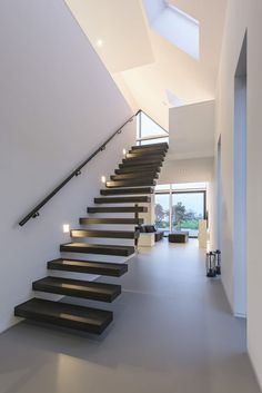 Modern villa interior in Maasluis, Holland by JURY!Modern villa interior in Maasluis, Holland by JURY!- Modern villa interior in Maasluis, Holland by JURY! Villa Interior, Interior Stairs, Interior Design, Contemporary Stairs, Modern Stairs, Open Trap, Cantilever Stairs, Floating Staircase, Wooden Staircases