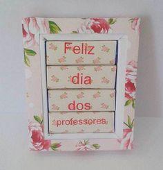 caixa com 4 bis, lembrança para os professores, pode colocar mensagem ou foto dentro. Frame, Presents For Teachers, Personalized Gifts, Valentine's Day Diy, Adhesive, Stationery Shop, Pictures, Picture Frame, Frames