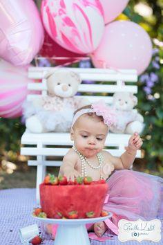 A mamãe da Luisa preferiu fazer um Smash The Fruit ja que a Lulu é apaixonada por melancia.. E não é que a pequena se esbaldou! comeu tudinho e adorou se lambuzar.