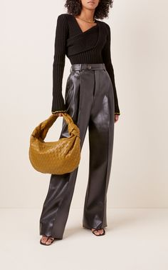 Crafted with the brand's signature Intrecciato techniques, Bottega Veneta's 'Josie' shoulder bag exudes all the elegance and glamour we strive for. Retro Outfits, Cute Casual Outfits, Stylish Outfits, Moda Streetwear, Streetwear Fashion, Fashion 2020, Girl Fashion, Fashion Design, Paris Fashion