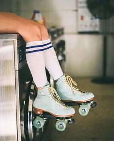 Shop the latest arrivals at SHEIN, always stay ahead of the fashion trends. Hundreds of new looks updated every day! Retro Roller Skates, Roller Skate Shoes, Quad Roller Skates, Roller Disco, Roller Skating, Roller Derby Girls, Rollers, Fashion 90s, Vintage Outfits