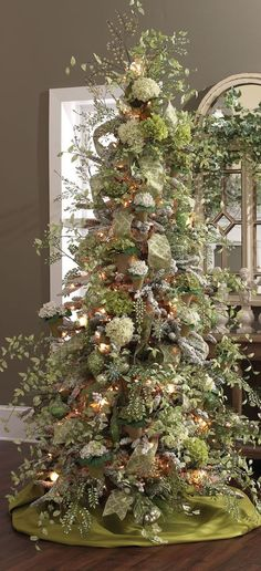 22 Magical Christmas Trees Unique and Sophisticated Christmas Tree Decorations Victorian Christmas Tree, Elegant Christmas Trees, Christmas Tree Themes, Magical Christmas, Noel Christmas, Green Christmas, Christmas Colors, Christmas Cactus, Simple Christmas
