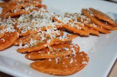 Pasta fresca casera al tomate, rellena de cabra y aceitunas negras [Tradicional]