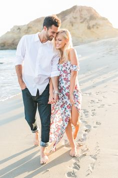Engagement Photo Ideas to Get Inspired! Creative Engagement Photo Ideas to Get Inspired! Creative Engagement Photo Ideas to Get Inspired! Winter Engagement Photos, Engagement Photo Outfits, Engagement Shoots, Country Engagement, Fall Engagement, Engagement Ideas, Photos Couple Plage, Couple Beach Pictures, Couple On The Beach