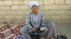 Sisa Abu Douh ficou viúva quando estava grávida e não tinha como sustentar a filha; como não queria se casar novamente, resolveu se 'disfarçar' para encarar trabalhos pesados