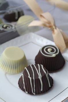 """Просто и вкусно: Конфеты """"Пралине"""" Фундук — 45 г Сахар — 45 г Темный шоколад — 200 г Сливочное масло — 30 г Сливки 20% — 70 мл Белый шоколад — 70 г"""