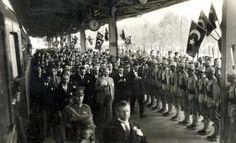 Fotoğrafta, Gazi Mustafa Kemal Atatürk'ün Ankara Tren Garı'nda karşılanması görülüyor