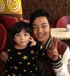 Moon Mason snaps a picture with actor Yeo Jin Goo at the VIP preview of 'Tone Deaf Clinic'...