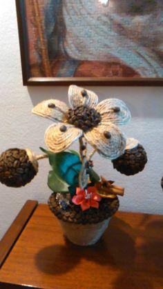 fiore con cordoncino e decorazione al caffè