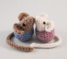 BLOG CON PATRONES DE MUŃECOS CHIQUITOS  Little Kissing Mice - Free Amigurumi Pattern here: http://lucyravenscar.blogspot.co.uk/2015/02/little-kissing-mice-free-amigurumi.html
