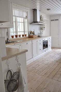lovely kitchen - and the floor is perfection!