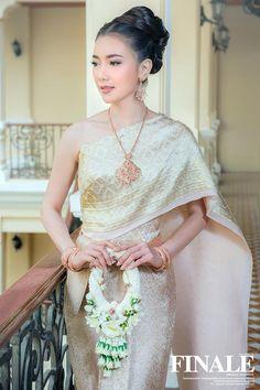 Traditional Thai Wedding Dress by FINALE WEDDING STUDIO ฟินาเล่ เวดดิ้ง สตูดิโอ