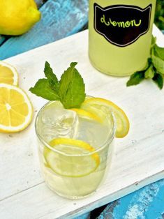 Pirteän makuinen sitruunalimonadi on helppo valmistaa. Voit tehdä sen jääkaappiin samana päivänä tai päivää aiemmin, tilanteen mukaan. #sitruunalimonadi #limonadi #juoma #vappu #kesä Lassi, Samana, Pudding, Desserts, Food, Tailgate Desserts, Meal, Dessert, Eten