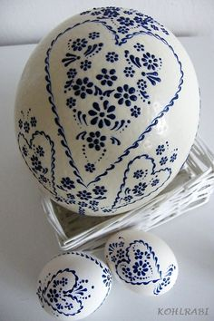Beautiful pattern and simple, clean colours Decor Crafts, Diy And Crafts, Egg Rock, Ukrainian Easter Eggs, Easter Egg Crafts, Egg Designs, Egg Art, Egg Decorating, Cold Porcelain