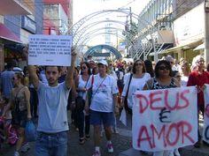 Fiéis fazem manifestação em prol de padre excomungado de Bauru | Cerca de 300 pessoas participaram de passeata neste sábado (4). Declarações do ex-pároco teriam sido contrárias aos dogmas da igreja. http://mmanchete.blogspot.com.br/2013/05/fieis-fazem-manifestacao-em-prol-de.html#.UYVDJ7VQGSo