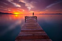 amanece hermoso momento cuando la linea del amanecer se perfila en el ...