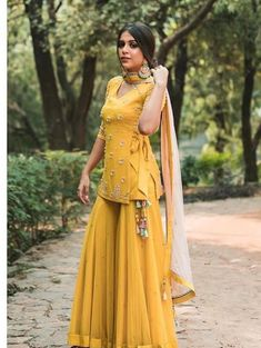 Beautiful Kurti with sharara set. Beautiful Kurti with sharara set. Sharara Designs, Lehenga Designs, Kurti Designs Party Wear, Kurti Designs Pakistani, Indian Lehenga, Indian Gowns, Indian Attire, Indian Ethnic Wear, Indian Suits Punjabi