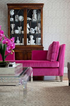 Check out this Merigo Design – living rooms – mahogany china cabinet with black back, mahogany hutch with black interior, white china, white decor, white s… The post Merigo Design – living rooms – m . Living Room Grey, Home And Living, Rosa Couch, Urban Deco, Pink Couch, Pink Loveseat, Home Decoracion, Home Modern, Design Salon