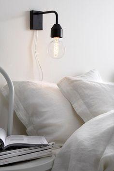 Væglampe i moderne design som også er flot som sengelampe. Af metal. Transparent ledning med strømafbryder. Bredde 7 cm. Højde 20 cm. Stor sokkel E27. Maks. 40W. Lyskilde medfølger ikke.