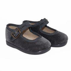 Merceditas en terciopelo gris para niñas una apuesta ideal para este invierno. ¡Combinan con todo!  Grey velvet Maryjanes for girls, perfects for any winter look.    #footwear #maryjanes #girls #cheap #chic #merceditas #niñas #terciopelo #velvet    http://www.minishoes.es/es/calzado-nina-merceditas-textil/263-merceditas-al-tobillo-terciopelo-marino-nina.html
