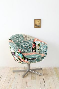 poltrona colorida e estilosa com design moderno feita em patchwork, tecidos florais