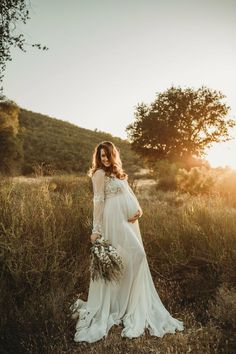 Maternity Photo Ideas Beautiful wedding dress for the pregnancy.