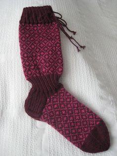 Käsin neulotut villasukat. Neulottu nalle langasta, istuvat kuin sukka jalkaan!