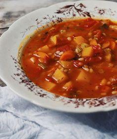 Soupe aux légumes et à l'orge Crockpot Recipes, Soup Recipes, Vegan Recipes, Vegan Meals, Healthy Soup, Healthy Snacks, Canadian Food, Recipes From Heaven, My Favorite Food
