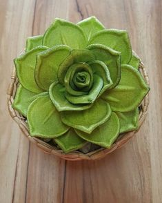 Flores de EVA: 80 modelos incríveis e vídeos passo a passo (DIY) Handmade Flowers, Handicraft, Paper Flowers, Decoupage, Cactus, Succulents, Arts And Crafts, Tropical, Diy