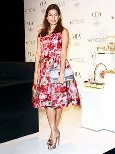 Eva Mendes strikes a perfectly retro look