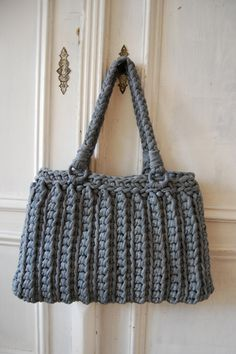 Quick and Easy crocheted bag *Inspiration* - Looks like it is crocheted out using scraps from an old t-shirt but there's no pattern so I'm not sure. Maybe zpagetti ? Bag Crochet, Crochet Purse Patterns, Crochet Diy, Crochet Handbags, Crochet Purses, Love Crochet, Beautiful Crochet, Crochet Crafts, Crochet Clothes