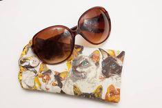 Porta-Óculos em tecido,com forro de cetim, para na arranhar as lentes e revestido com manta acrílica para proteger . <br>Comporta tanto óculos de grau como de sol. <br> <br>Também pode ser usado para levar celular, cartão de crédito, oq vc quiser!