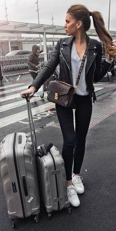 Jaqueta de couro, blusa cinza, calça skinny, tênis branco