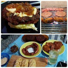 Hambúrguer/frango grelhado e linguicinha... pra acompanhar pão de alho com recheio de queijo, cebola caramelizada e molho de maionese temperado.