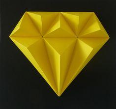 Yellow+TOPAZ+S+malou+trochou+snažení,+slož+si+drahé+kamení.+Budete+potřebovat:+nůžky,+lepidlo,+pravítko,+troch+času+a+trpělivost+Obtížnost:+lehká+Velikost+:+21x21x3cm+Obsah:+5+dílů+-+instrukce+Pro+naše+2,5D+modely+používáme+kvalitnístálobarevné+papíry+s+vysokou+gramáží.
