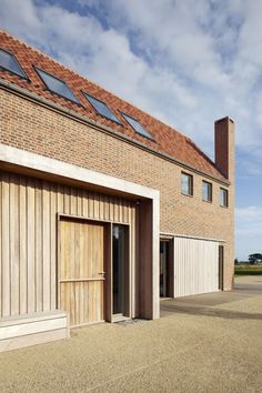 House in England designed by Lucy Marston to reference old English farmhouses. It features red brickwork, a steep gable and a corner chimney. Brick Architecture, Residential Architecture, Suffolk House, English Farmhouse, Long House, Turbulence Deco, Rural House, Timber Cladding, Small Buildings