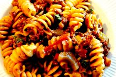 Se her hvordan du laver verdens bedste kødsovs. Pasta Recipes, Dinner Recipes, Gluten Free Dinner, Pasta Salad, Broccoli, Bacon, Food And Drink, Snacks, Spaghetti