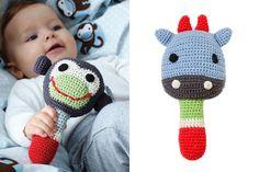 Para mi bebé Crochet_Blaubloom2 Crochet Baby Toys, Crochet Gifts, Crochet Animals, Baby Knitting, Love Crochet, Crochet For Kids, Crochet Yarn, Little Girl Gifts, Baby Rattle