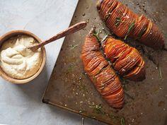 Recept: Har du testat att göra hasselbackspotatis på sötpotatis? Tryck i lite timjan och ringla över olja. Servera med hummus. Läs mer...