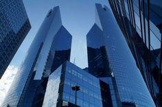Quartier de la Défense – Paris – France Aux abords de Paris se dresse la Défense, premier quartier d'affaires européen avec ses 3 millions de mètres carrés de bureaux. Érigée dans les années 60, la Défense est un bouquet d'immeubles de grande hauteur dont l'architecture évoque la modernité, l'innovation, le futur. A l'instar des autres quartiers d'affaires des grandes capitales, c'est le verre qui est le plus souvent adopté par les architectes pour assurer cette mission. Il absorbe les…
