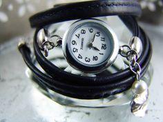 Ein Wickelarmbanduhr aus  allerfeinstem, handschuhweichem Nappaleder. Das Band ist abgesteppt. Leder vom Allerfeinsten.    _Die Farbe ist ein sehr ...