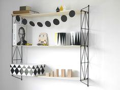 Półka drewniano metalowa w geometryczne romby ozdobi każde wnętrze. Dostępna w kolorze czarnym,białym,szarym i żółtym.