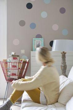 Il blog e la sua Pagina Facebook viaggiano su binari paralleli, spesso si sfiorano, ogni tanto si incrociano. Capita così che a volte sia proprio la pagina a suggerire idee al blog, ed ecco che da quest'immagine pubblicata ieri ne è nato lo spunto per un post (anche grazie ai commenti dei lettori!). Questa parete … Fish Wall Decor, Room Wall Decor, Creative Wall Decor, Creative Walls, Polka Dot Walls, Polka Dots, Blue Color Schemes, Love Wall, Interior Design Living Room
