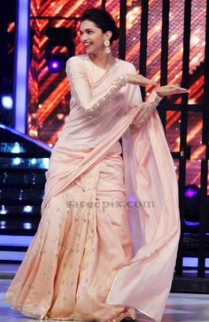 Deepika Padukone in light Peach Saree on Jhalak Dikhhla Jaa Season 7 Deepika In Saree, Deepika Padukone Saree, Peach Color Saree, Peach Saree, Pink Saree, Saree Hairstyles, Sari Design, Saree Blouse Neck Designs, Saree Trends