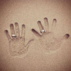 originele trouwfoto's - trouwringen in het zand