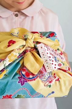 Un Furoshiki comme un paquet cadeau, fait en pliage de tissu fleuri japonais