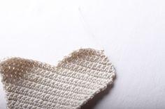 Návod na háčkované vintage srdce 26 Knitted Hats, Christmas Ornaments, Knitting, Crochet, Handmade, Accessories, Fashion, Squares, Moda