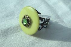 Bague bouton verte strass vert support filigrane noire par DeliCath