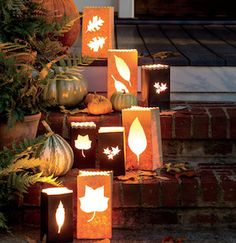 herbstliche auendeko From DIY fall porch signs to fall porch planters, there are plenty of cozy and inviting fall porch ideas for inspiration. Halloween Veranda, Fall Halloween, Outdoor Halloween, Halloween Lighting, Halloween Night, Outside Fall Decorations, Halloween Decorations, Outdoor Decorations, Diy Thanksgiving Decorations
